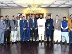 ISLAMABAD:President Dr. Arif Alvi in a group photo with the delegation of Sahiwal Chamber of Commerce & Industry at the Aiwan-e-Sadr.