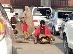RAWALPINDI:A couple of baggers asking for mercy from vehicle's drivers at Marrir Chowk.