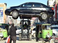PESHAWAR:A traffic police warden removing wrongly parked vehicle with the help of fork lifter at Cantt area.