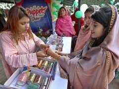 HYDERABAD:A lady wearing bangles at a stall during Salam Kisan Sarsabz Pakistan Mela at Sindh Museum.