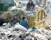 لاہور، بچے کوڑے کے ڈھیر سے کارآمد اشیاء تلاش کر رہے ہیں۔
