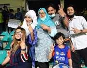 کراچی، نیشنل سٹیڈم میں جاری پاکستان سپر لیگ کے میچ میں شائقین کرکٹ ..