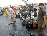 کراچی، آئی آئی سی پل پر آئل ٹینکر اُلٹا پڑا ہے اور اس کا آئل سڑک پر پھیلا ..