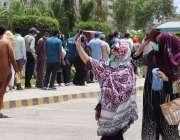 کراچی، ایکسپو سینٹر میں کورونا وباء سے بچاؤ کی ویکسین لگانے کیلئے سخت ..