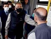 پشاور، صدر مملکت ڈاکٹر عارف علوی بس ریپڈ ٹرانزٹ  پر بس پر سفر کرتے ہوئے ..