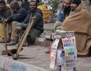 لاہور، مزدور کام نہ ہونے کے باعث پریشان بیٹھے ہیں۔