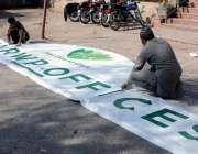 راولپنڈی، تاریخی لیاقت باغ کے استقبالیے پر آویزاں کرنے کیلئے بینر ..