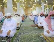 مدینہ منورہ، مسجد نبوی  میں شہریوں کی بڑی تعداد تراویح پڑھ رہی ہے۔