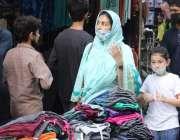 کراچی، شہری ایس اوپیز پرعملدرآمد کرتے ہوئے عید کی شاپنگ کر رہے ہیں۔