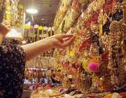 راولپنڈی، عید کی خریداری میں مصروف خواتین جیولری پسند کر رہی ہیں۔