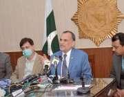 کراچی، وفاقی وزیر ریلوے اعظم خان سواتی پریس کانفرنس سے خطاب کر رہے ..