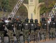 اسلام آباد، سرکاری ملازمین کے احتجاج کے موقع پر سیکورٹی اہلکار سیکرٹریٹ ..