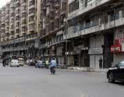 کراچی، سندھ حکومت کی جانب سے لگائے گئے لاک ڈاؤن کے باعث زیب النساء مارکیٹ ..