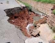 اسلام آباد، سری نگر ہائی وے کا کنارہ جسے گزشتہ روز سیلابی صورتحال کے ..