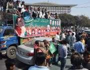 لاہور، وزیراعظم عمران خان کو ایوان سے اعتماد کا ووٹ ملنے کی خوشی میں ..
