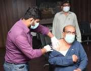 کراچی، کسٹم ہاؤس میں 40 سال سے اُوپر سٹاف کو کورونا وباء سے بچاؤ کی ویکسین ..