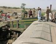 گھوٹکی، ٹرین حادثے کے بعد پاک فوج کے جوان امدادی کاموں میں مصروف ہیں۔