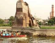 لاہور، گریٹر اقبال پارک کی سیر کیلئے آنے والی فیملی کشتی رانی سے لطف ..