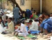 کراچی، سول ہسپتال کے باہر مریضوں کے تیماردار سخت گرمی میں مناسب آرام ..