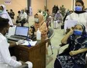 کراچی، ایکسپو سنٹر میں کورونا وائرس سے بچاؤ کیلئے ویکسین لگوانے کیلئے ..