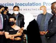 لاہور، پنجاب میں ہیلتھ ورکرز کو کورونا ویکسین لگانے کا آغاز کیا جا ..