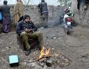 لاہور، ڈیوٹی پر تعینات پولیس اہلکار سردی کی شدت کم کرنے کیلئے آگ جلائے ..