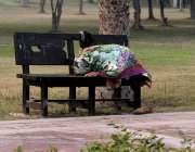 لاہور، گریٹر اقبال پارک میں ایک خاتون بینچ پر نماز پڑھ رہی ہے۔