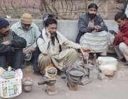 لاہور، مزدور کام نہ ہونے پر پریشان بیٹھے ہیں۔