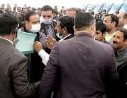 وزیراعلی پنجاب سردار عثمان بزدار سخی سرور کے دورے کے دوران مقامی لوگوں ..