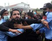 اسلام آباد، پارلیمنٹ لاجز کے باہر مسلم لیگ ن کے رہنماؤں اور پی ٹی آئی ..