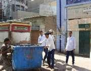 کراچی، لیاری میں غازی سکول کے پاس رکھا کچرے کا ڈبہ طلبہ اپنی مدد آپ ..