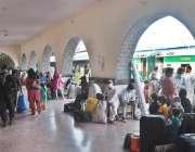 راولپنڈی، ریلوے سٹیشن پر آبائی علاقوں کو جانے والے مسافر گاڑی کےانتظار ..