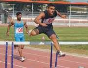پشاور، بین الصوبائی ایتھلیٹکس چمپئن شپ میں کھلاڑی 400 میٹر ہرڈل ریس ..