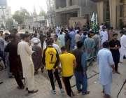 راولپنڈی، شائقین کرکٹ کی بڑی تعداد کرکٹ گراؤنڈ کے باہر میچ منسوخ ہونے ..