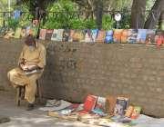 لاہور، انارکلی چوک میں ایک معمر شخص پرانی کتابیں فروخت کرنے کیلئے بیٹھا ..