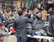 لاہور، شہری حاجی کیمپ کے سامنے لگے لنڈا بازار سے گرم ملبوسات خرید رہے ..