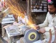 حیدرآباد، عیدالالضحی کی آمد پر ایک سانگر قربانی کیلئے چھریاں تیز کر ..