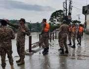راولپنڈی، پاک فوج کے جوان شدید بارش کے باعث نالہ لئی میں پانی کی بلند ..