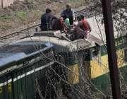 لاہور، ریلوے ملازمین بوگی مرمت کر رہے ہیں۔