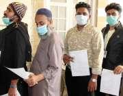 کراچی، خالق دینا ہال میں فرنٹ لائن ہیلتھ کیئر ورکرز وباء سے بچاؤ کی ..