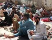کراچی، ٹراما سینٹر ہسپتال کے پاس تیمارداروں کیلئے حکومت کی جانب سے ..