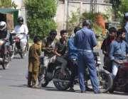 لاہور، ٹریفک وارڈنز نے قانون کی خلاف ورزی کرنے والے موٹر سائیکل سواروں ..
