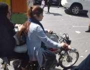 لاہور، موٹرسائیکل سوار لڑکیاں اپنی منزل کی جانب رواں دواں ہیں۔