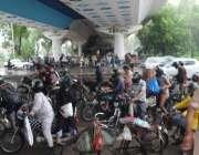 کراچی، شہر قائد میں ہونے والی بارش کے باعث موٹر سائیکل سواروں نے ایک ..