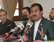 کراچی، سندھ اسمبلی میں اپوزیشن لیڈر حلیم عادل شیخ میڈیا سے گفتگو کر ..