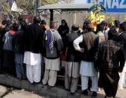 راولپنڈی، بی بی ایچ ہسپتال کے باہر مخیر حضرات کی جانب سے کھانا تقسیم ..