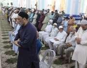 کراچی، مقامی مسجد میں رمضان المبارک کی دوسری تراویح ادا کی جا رہی ہے۔