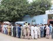 کراچی، لیاری میں ویکسین سینٹر پر شہری کورونا وباء کی ویکسین لگوانے ..