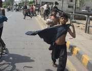لاہور، گرمی کی شدت کم کرنے کیلئے نہر میں نہانے والے بچے پولیس کے ڈر ..
