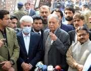 لاہور، مسلم لیگ ن کے مرکزی رہنما پرویز رشید لاہور ہائیکورٹ کے باہر ..